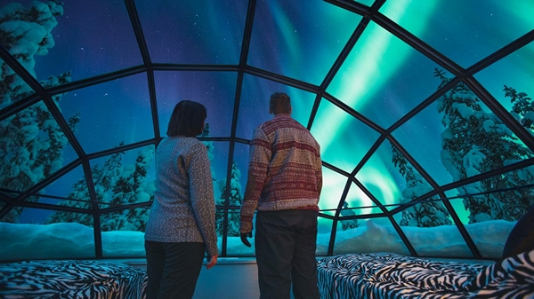 kakslauttanen_glass_igloo_inside_northern_lights_1366x7681