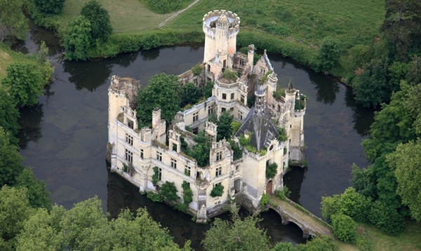 chateau-de-la-mothe-chandeniers-france