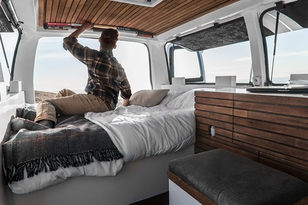 zach-both-chevy-cargo-van-mobile-filmmaking-studio-vanual-designboom-08