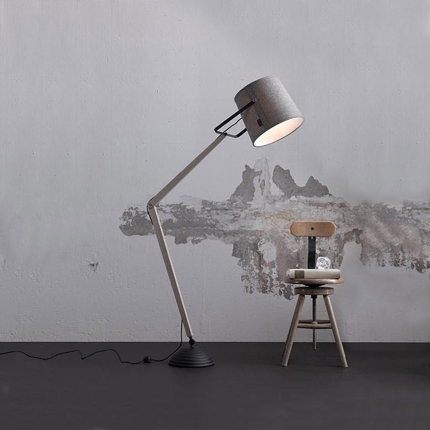golvlampa-lampgustaf-legend-gra-och-svart