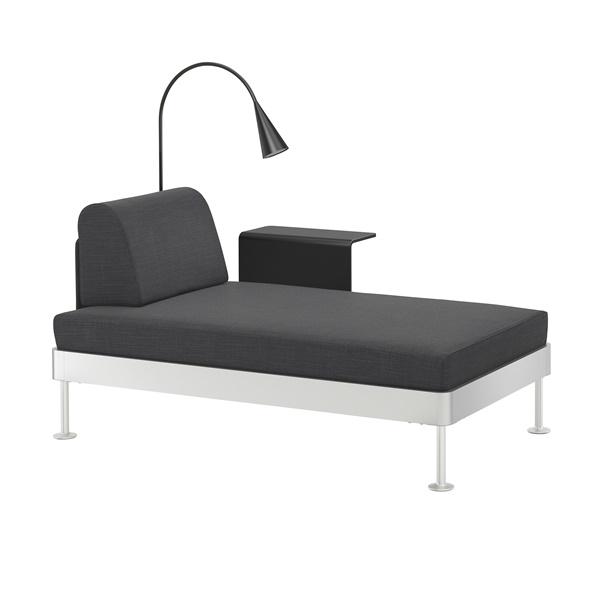 IKEA_DELAKTIG_schaslong_med_sidobord_och_lampa_Hillared_antracit_PE670431