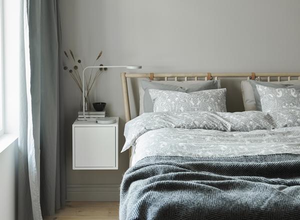 IKEA_BJORKSNAS_sang_EKET_skap_med_dorr_YPPERLIG_bordslampa_PH152716