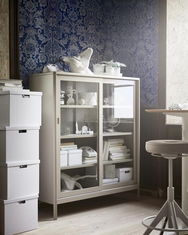 IKEA_oktobernyheter_2018_IDASEN_vitrinskap_med_skjutdorr_PH154772