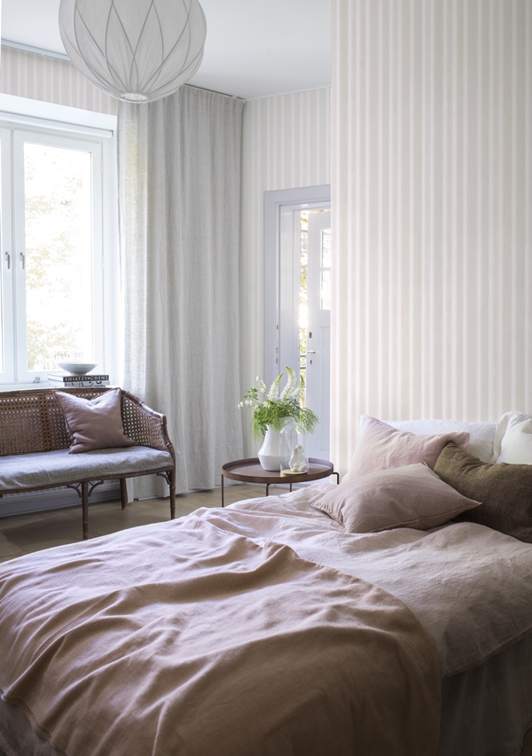 Watercolor_stripe_image_roomshot_bedroom_item_6867_014_PR